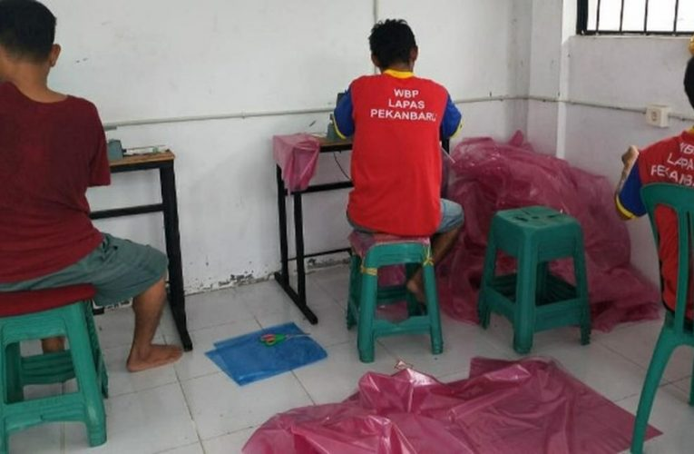 Berkah Jas Hujan Warga Binaan Pekanbaru Saat Corona Covid-19 Mewabah